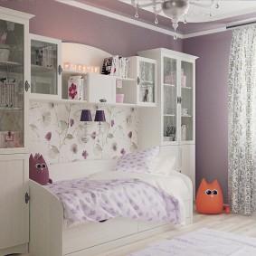 Детская кроватка между белыми шкафами