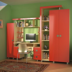 Компактная стенка с красными дверками