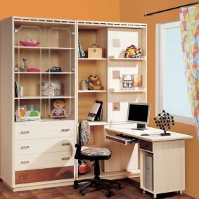 Компьютерный стол перед окном в детской
