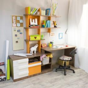Полки над письменным столом в детской комнате