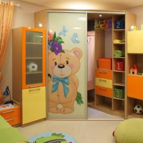 Угловой шкаф-купе в интерьере детской