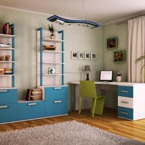 Большой письменный стол в углу комнаты