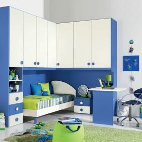 Бело-голубая мебель в комнате школьника