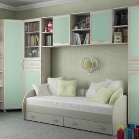 Светло-голубая мебель в комнате мальчика