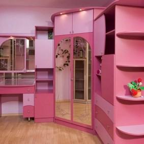 Розовая мебель в комнате юной модницы