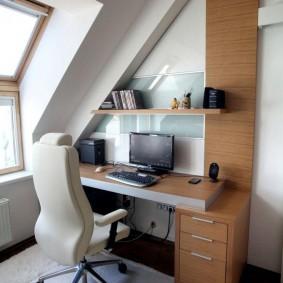 Удобный стол для подростка в мансардной комнате