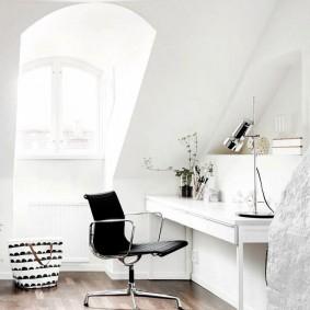 Белые стены в мансардной комнате для девочки
