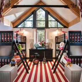 Двухъярусные кровати в мансарде с высоким потолком
