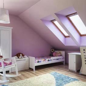 Сиреневый потолок мансардной комнаты