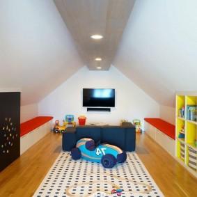 Светлый коврик на деревянном полу в мансарде