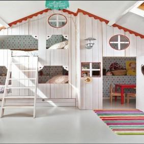 Домики в детской комнате на чердаке