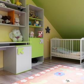 Кроватка для новорожденного в мансардной комнате