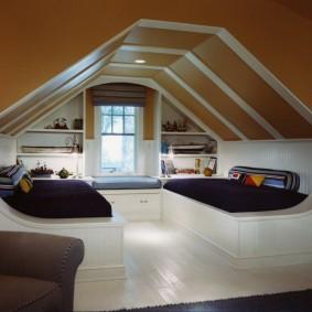 Коричневый потолок в детской спальне