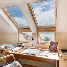 Мансардные окна над письменным столом