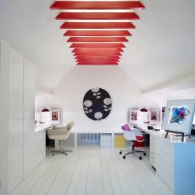 Красные балки на белом потолке