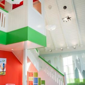 Игровой домик в детской комнате на мансарде