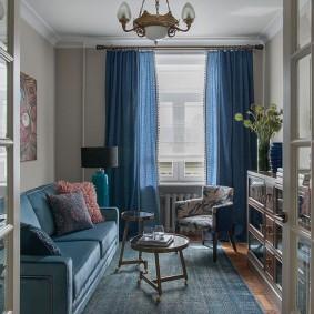 Синие шторы в маленькой гостиной