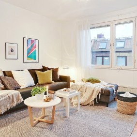 Белые занавески в гостиной скандинавского стиля