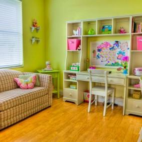 Раскладной диванчик в комнате девочки