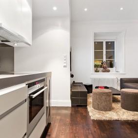 кухня-гостиная без штор на окнах