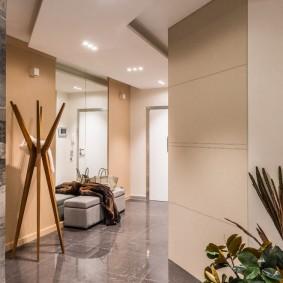Деревянная напольная вешалка в прихожей комнате