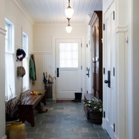 Светлая прихожая с окнами в частном доме