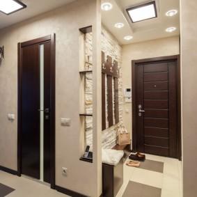 Освещение в небольшом коридоре двухкомнатной квартиры