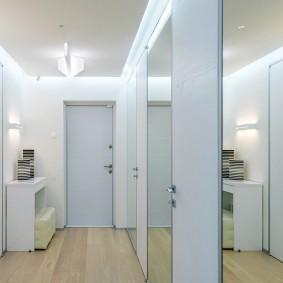 Большое зеркало в маленьком коридоре