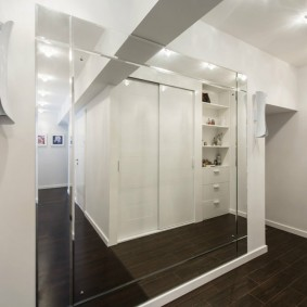 Зеркальная стена в коридоре хрущевки