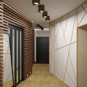 Деревянные рейки на стене коридора