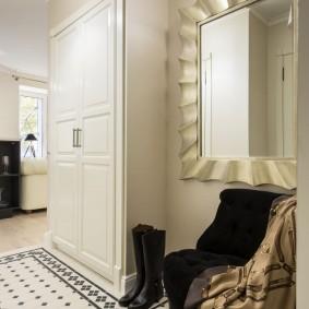 Красивая прихожая в квартире современного стиля