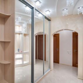 Трехстворчатый шкаф с зеркальными дверцами