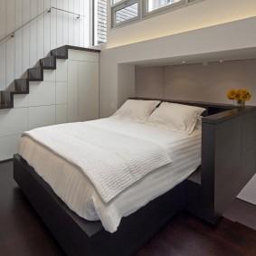 Спальная зона в квартире с двумя уровнями