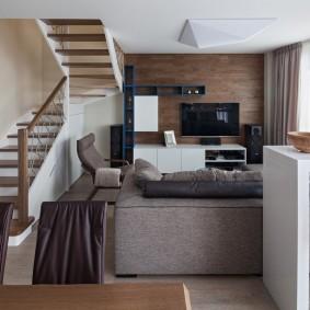 Гостиная зона на нижнем ярусе двухуровневой квартиры