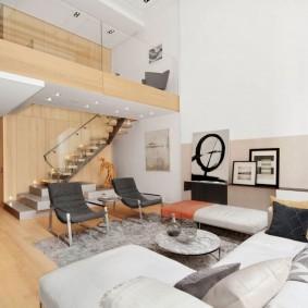 Деревянная фактура в интерьере белой комнаты