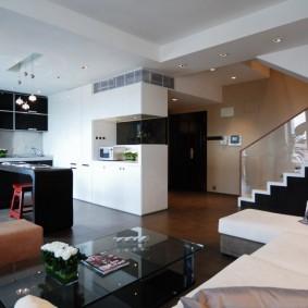 Двухуровневый потолок в просторной квартире