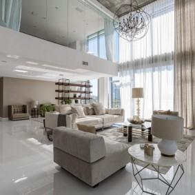 Высокий потолок с бетонной поверхностью