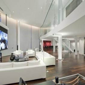 Ламинированный пол в квартире с белыми стенами