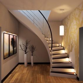 Маршевая лестница в холле квартиры