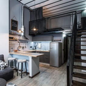 Кухонная зона в двухъярусной квартире