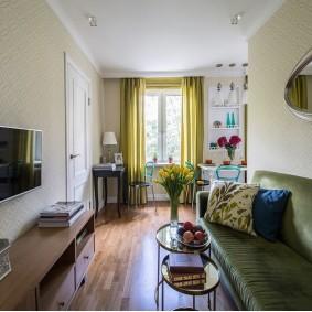 Узкая гостиная с небольшим диваном