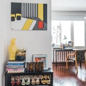 Яркий постер на белой стене