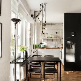 Обеденный стол в кухне гостиной