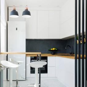Черный фартук в белой кухне