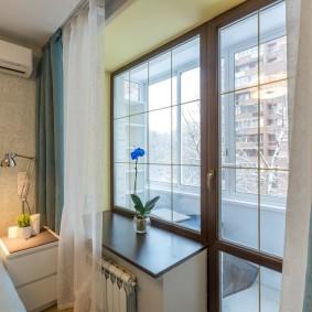 Шторы на окне спальни с балконом
