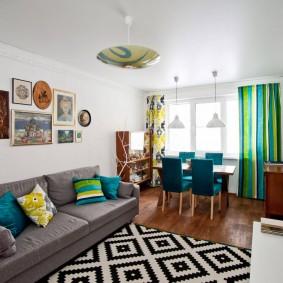 Геометрический узор на коврике в гостиной