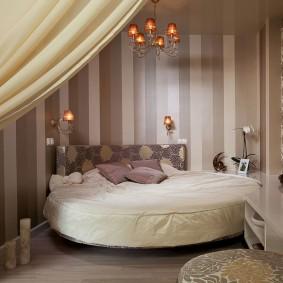 Уютная спальная комната с кроватью круглой формы