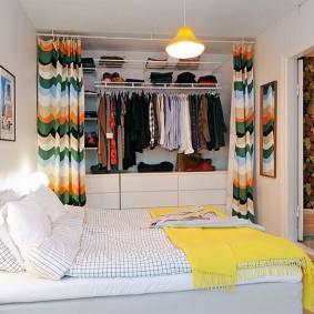 Яркие шторы в спальной комнате