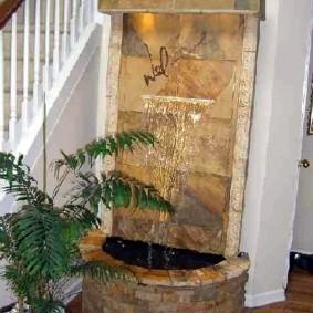 Напольный водопад около лестницы в частном доме