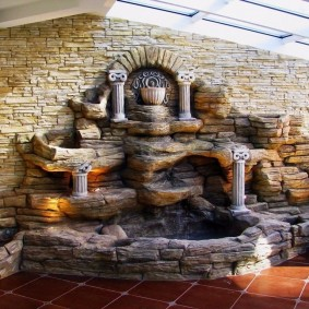 Каменный водопад в холле частного дома